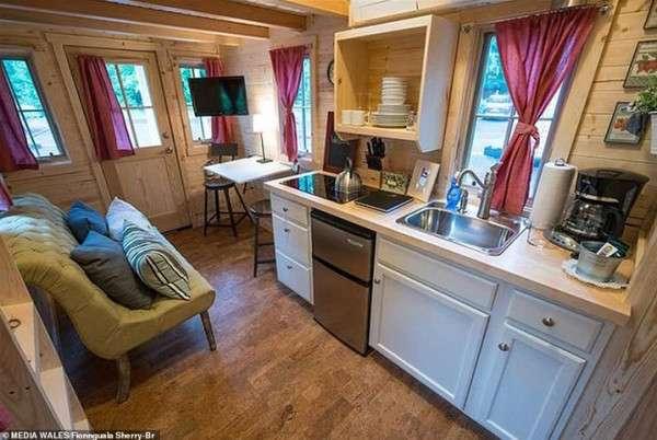 امرأة تبني منزل أحلامها على مساحة 5 أمتار.. اتفرج
