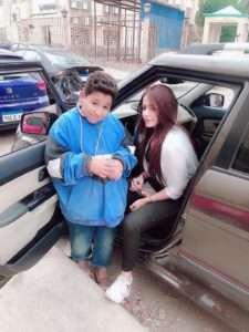 بالصور.. طفل في الصف السادس الابتدائي يشتغل ليعول والدته المريضة