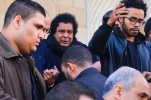 بالصور.. انهيار محمد منير في وداع مدير أعماله وزوج شقيقته