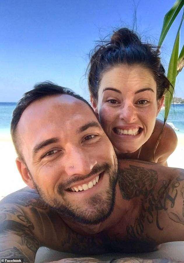 شوفوا التضحية : جيلين كوك تبيع صورتها عارية لانقاذ استراليا من الحرائق