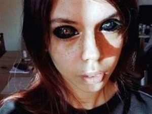 عارضة أزياء تفقد بصرها بعد وشم مرعب في عينها.. صور