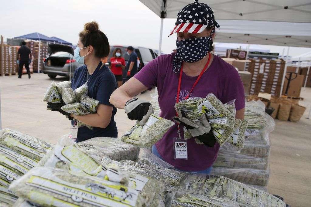 مين كان يصدق : الامريكان واقفين طوابير أمام بنك الطعام  .. بالصور