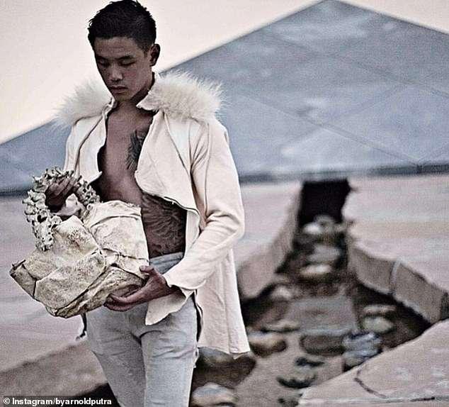 مصمم أزياء يبيع حقيبة يد مصنوعة من عمود فقري بشري