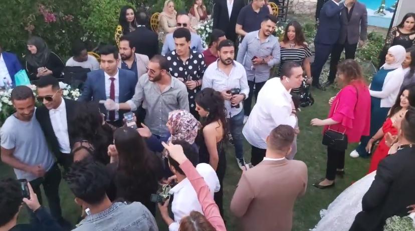 محمد رمضان عامل أحلى تباعد إجتماعي في فرح أخته .. حتى شوفوا
