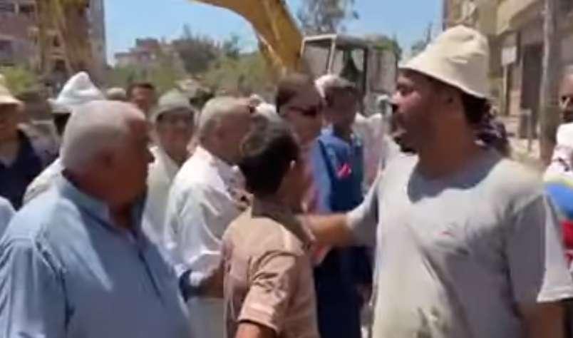 اللي كان بيدي الناس دروس في الوعي .. عجينة وسط الزحمة بدون كمامة