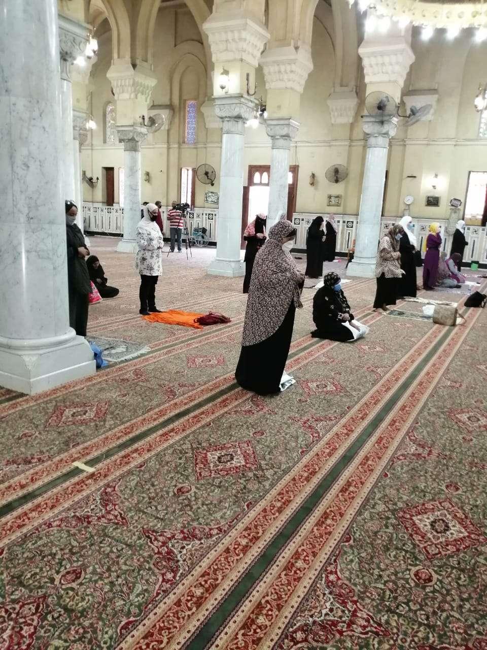 بالصور.. فرحة المصليات بفتح مسجد السيدة زينب