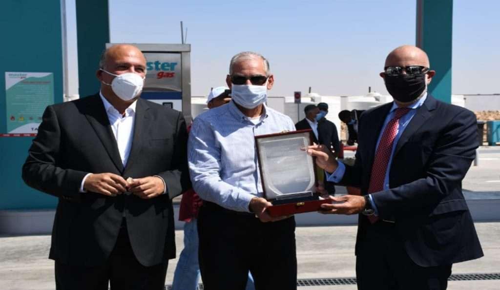 """طاقة عربية والوطنية للطرق تفتتحان أول محطة للغاز الطبیعي داخل """"شیل أوت """""""