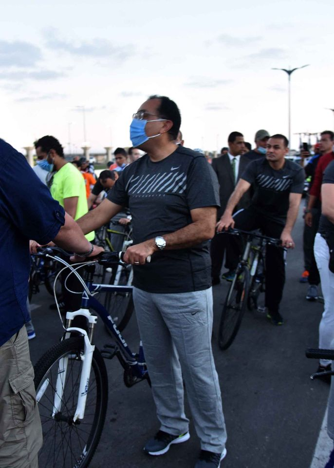 في العلمين.. مدبولي يشارك الشباب سباق الدراجات ويلعب كرة طائرة وقدم