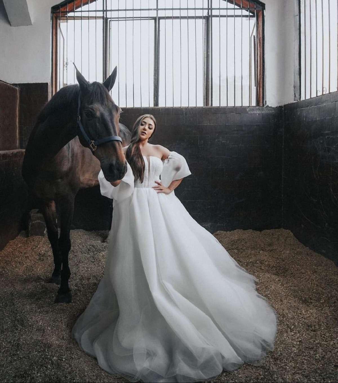 """مع الحصان.. سارة سلامة تتألق بـ""""لوك"""" أميرات ديزني"""