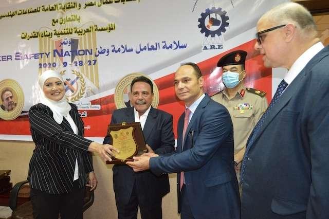 مؤتمر عمالي يكرم الدكتور نادر رياض رئيس مجموعة شركات بافاريا