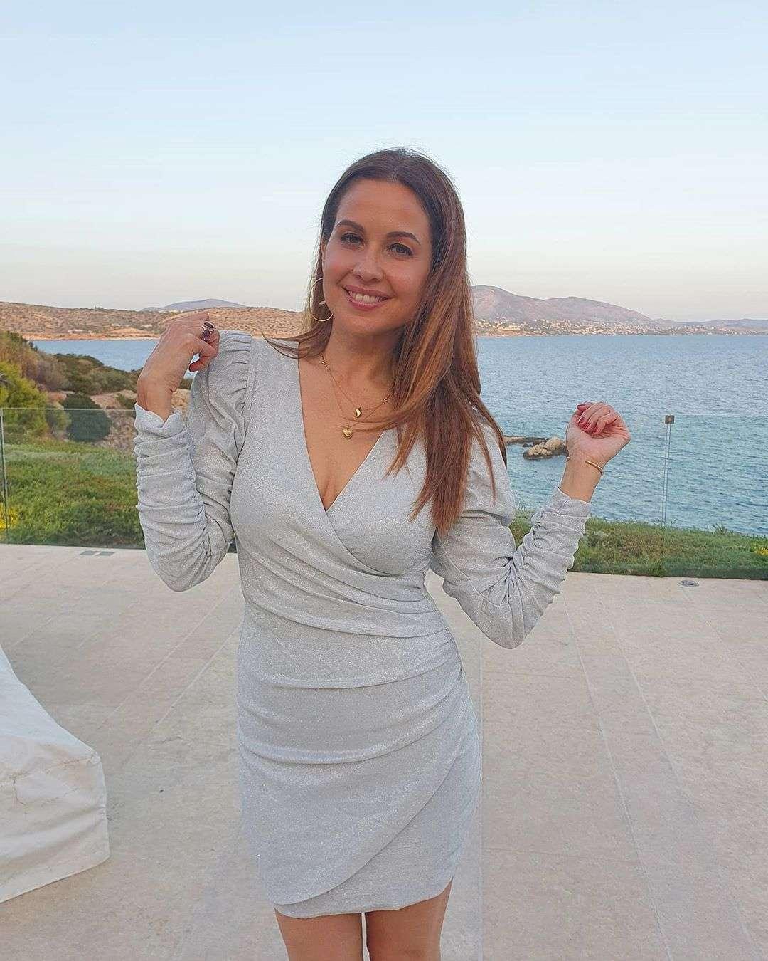 بفستان مثير.. شاهد ريا أبى راشد تستعرض جمالها
