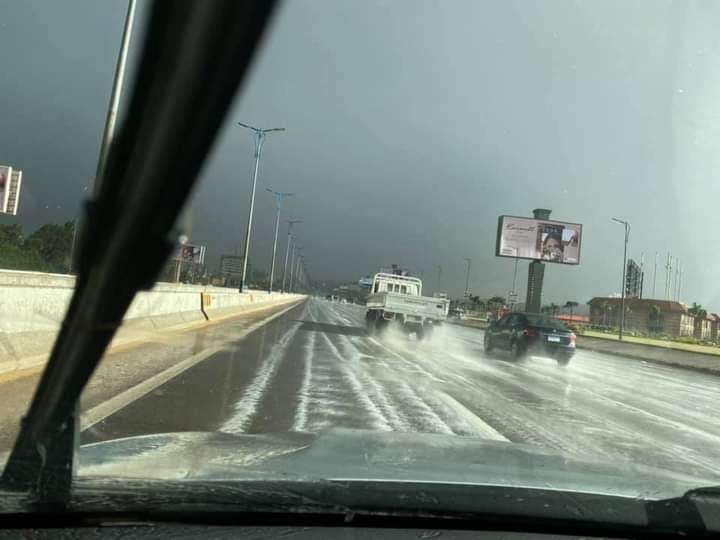 الطريق الصحراوي يتحول لقطعة ثلج أوروبية.. صور