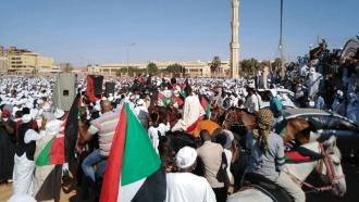 أهل السودان يستقبلون جثمان الصادق المهدي