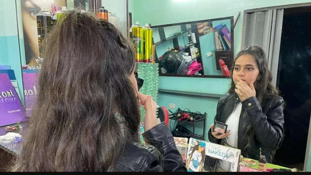 بالفيديو والصور.. أصغر مصففة شعر في فلسطين ترسم حلما كبيرا في الطفولة