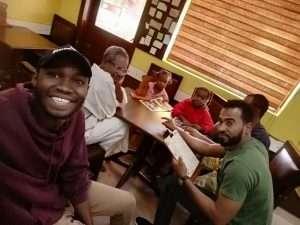 سوداني يستجيب لمناشدة بفيسبوك ويأوي أسرة مشردة.. صور