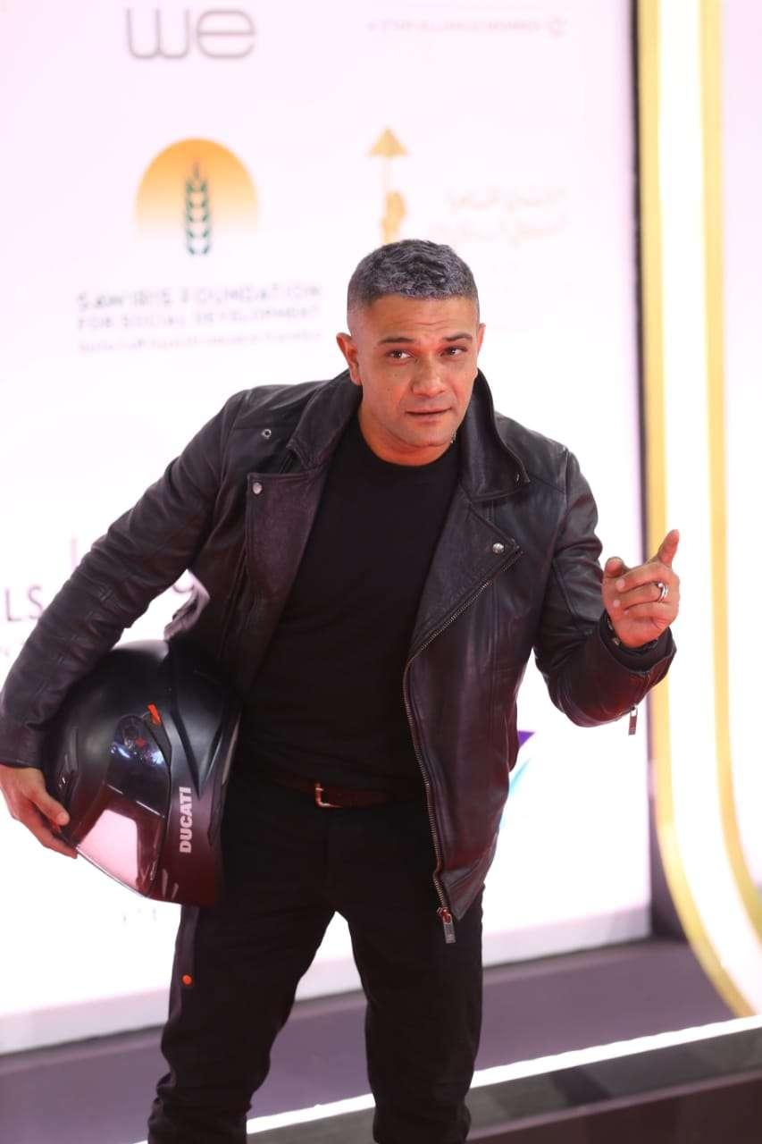 صور- الشايب.. مفاجأة آسر ياسين على السجادة الحمراء لمهرجان القاهرة