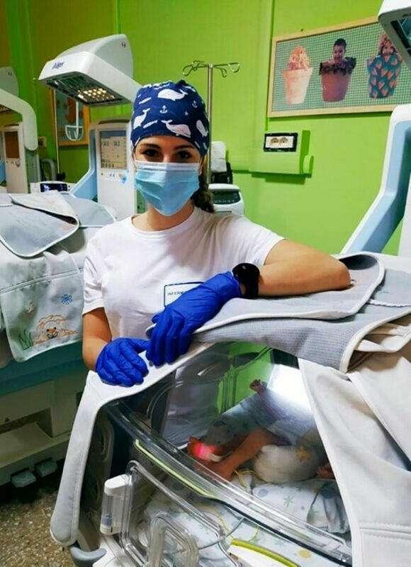 شاهد.. مبتسرة تصبح ممرضة تعتني بالأطفال