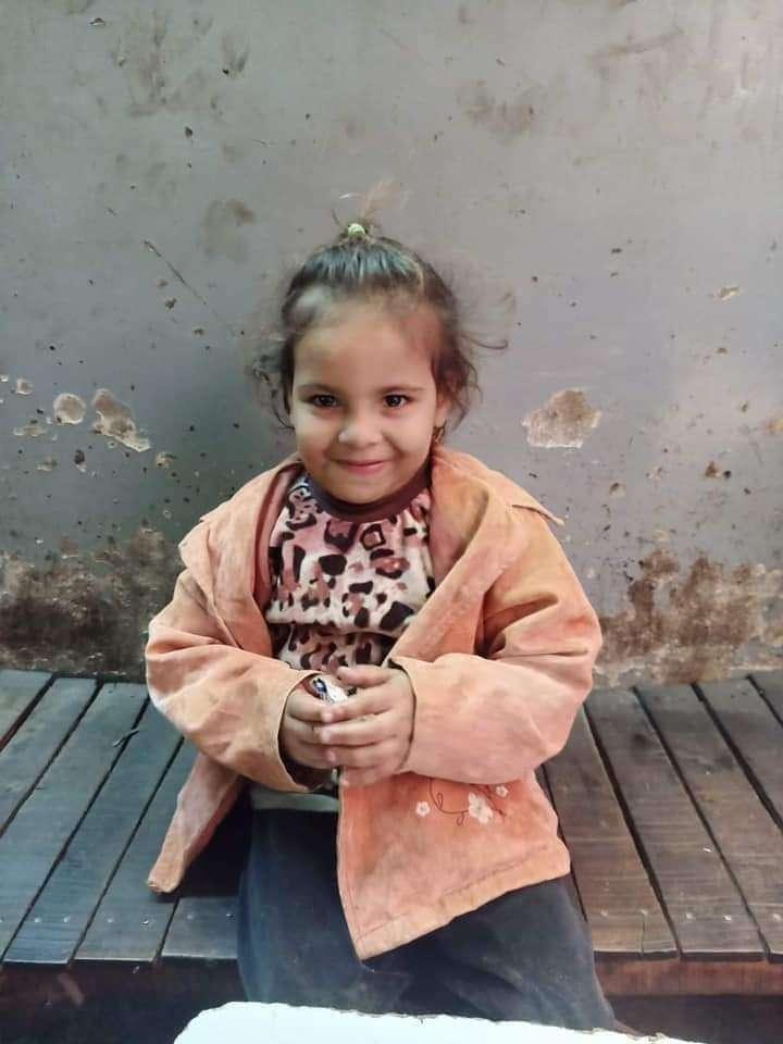 العثور علي طفلة تائه في شارع السروجي بالمنصورة..ساعد في عودتها للمنزل
