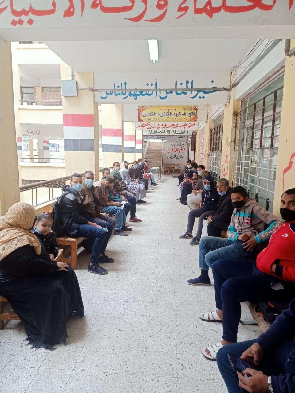 وكيل التعليم بالإسكندرية يتابع تسليم شرائح الانترنت للطلاب