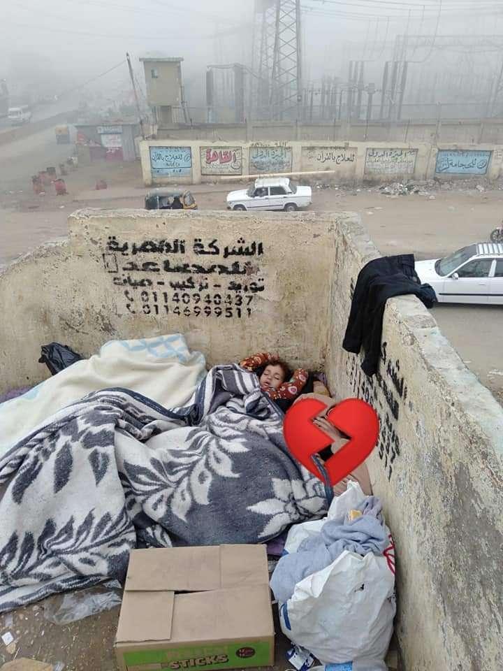 شاهد.. فتاة ترصد طفلة ووالدتها نائمتان علي سلم الدائري