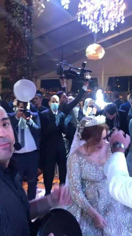 بالصور.. هالة زايد تثير جدل وغضب السوشيال ميديا بحضورها فرح أمس
