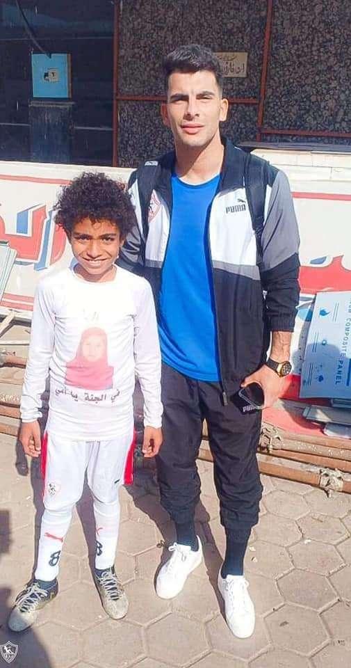 بالصور.. لاعبو الزمالك يلبون رغبة الناشيء محمد حسن