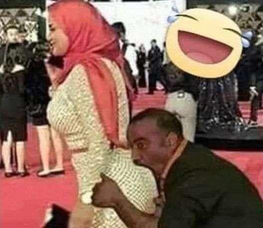 شاهد - سما المصري تنشر صورة فنان شهير يقبل مؤخرتها بشراهة