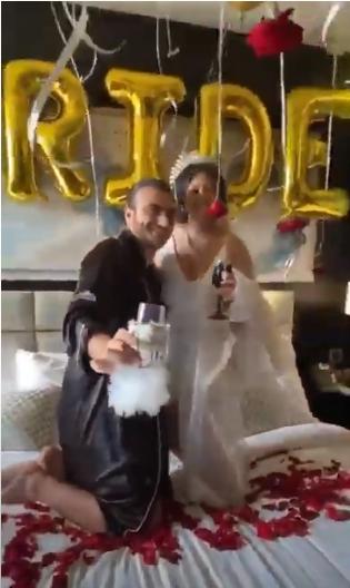 بالصور - عريس وعروسة يقيموا حفل الزفاف على سرير النوم مع المعازيم