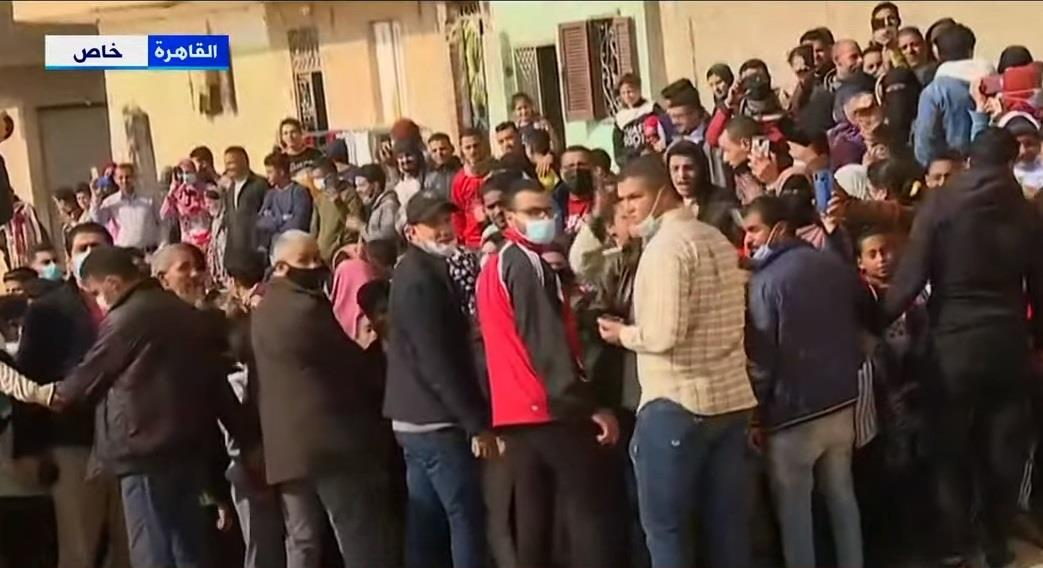 """أهالي عزبة الهجانة يستقبلون الرئيس السيسي بهتافات """"بنحبك ياريس"""".. صور"""
