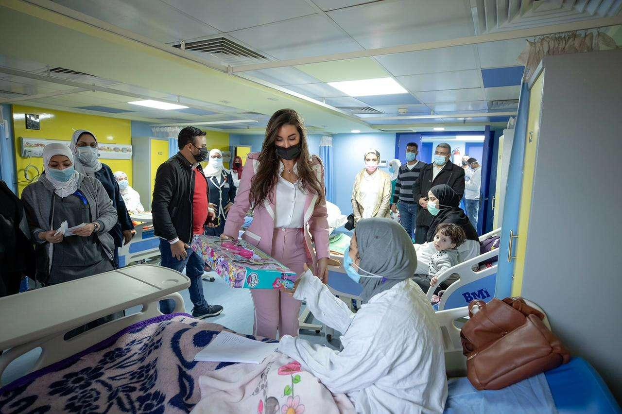 """ياسمين صبري تتبرع لمستشفى """"أبو الريش"""" وتوزع الهدايا على الأطفال"""