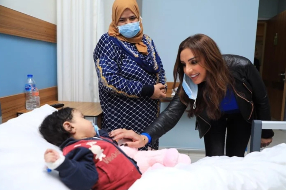 """بالصور .. أنغام تثير اعجاب متابعيها بزيارتها لـ مستشفي """" الناس"""""""