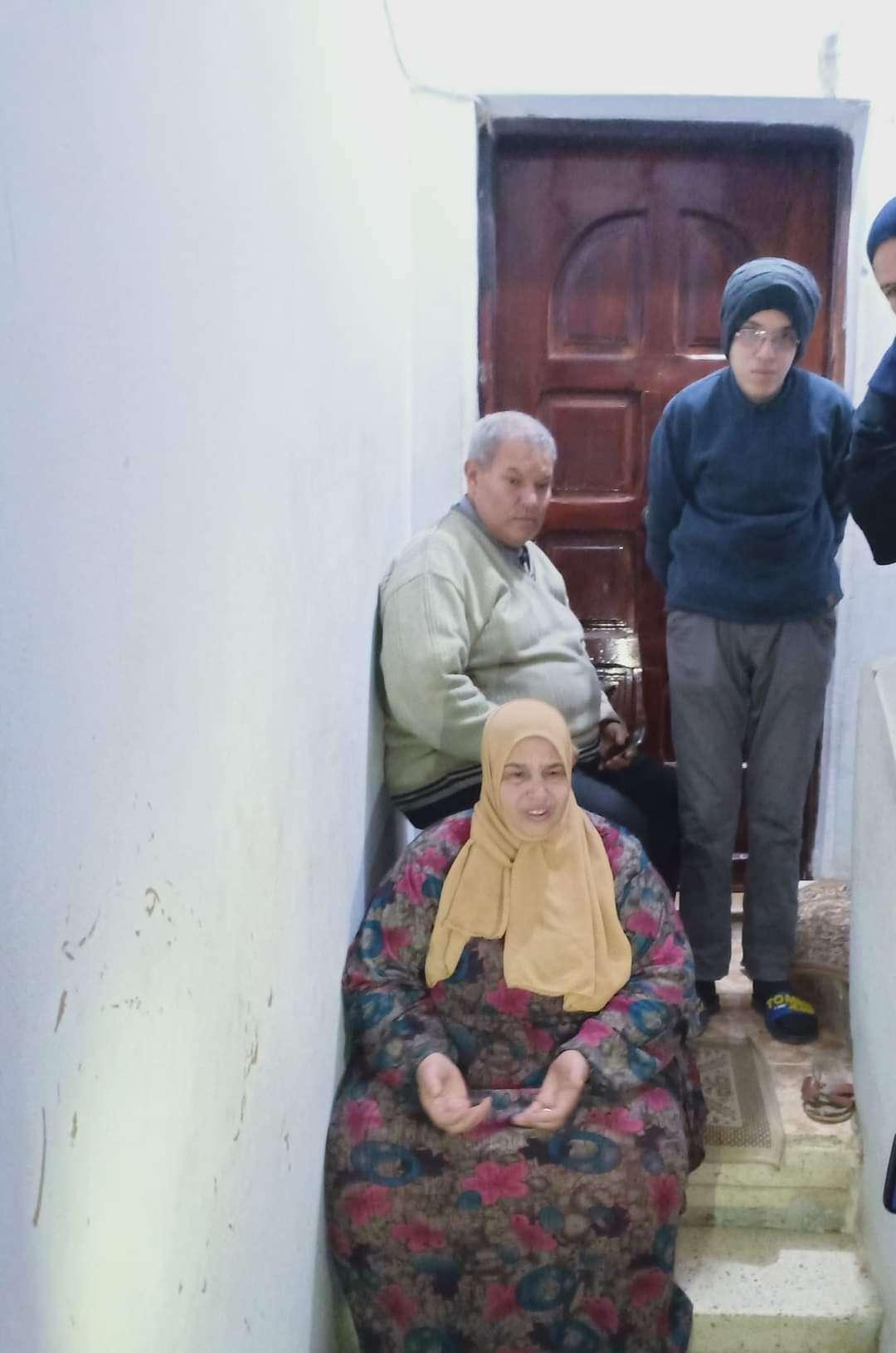 ابن عاق يعتدي علي والديه وشقيقه المريض ويطردهم من الشقه إرضاء لزوجته