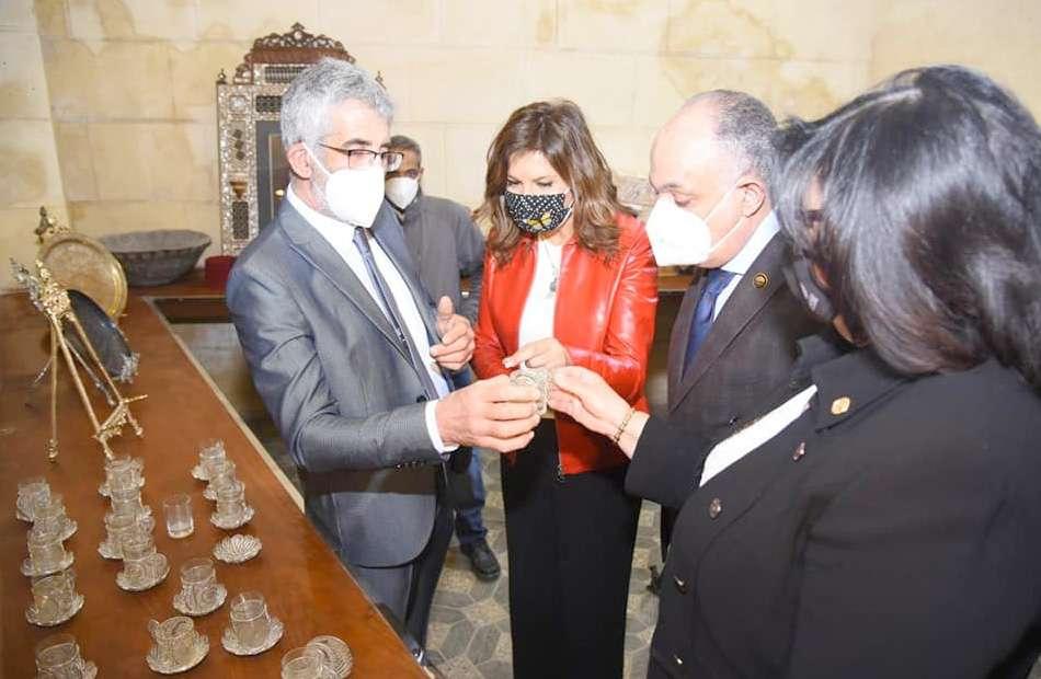 نبيلة مكرم تفتح مشروعا لإحياء الحرف التراثية بالجمالية
