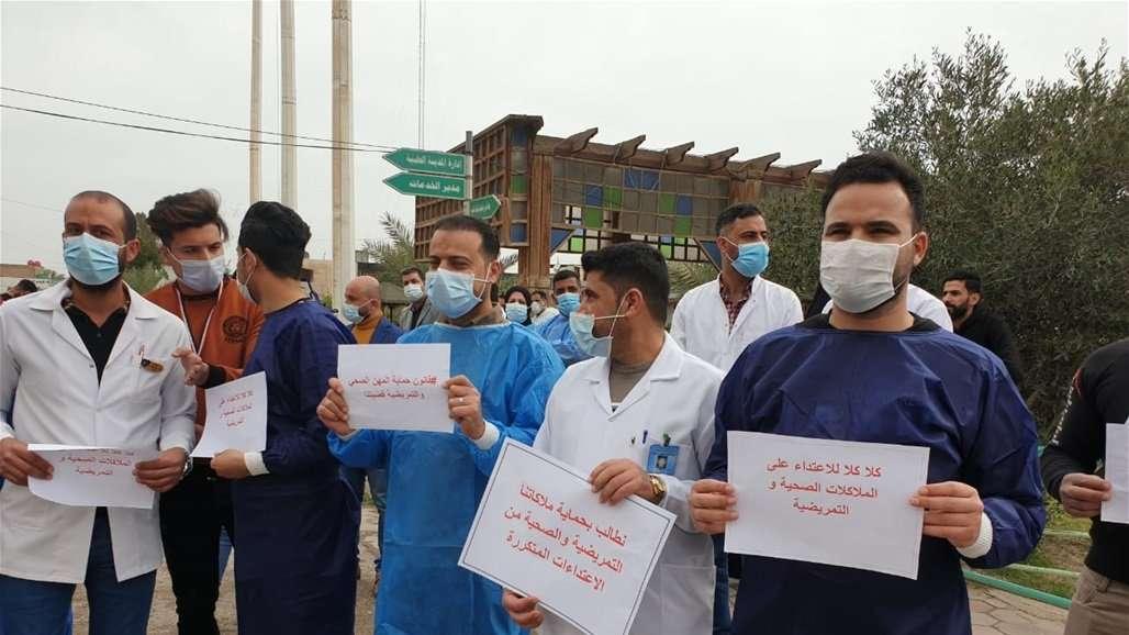 وقفة احتجاجية للكوادر الطبية بكربلاء بسبب الاعتداء عليهم.. صور