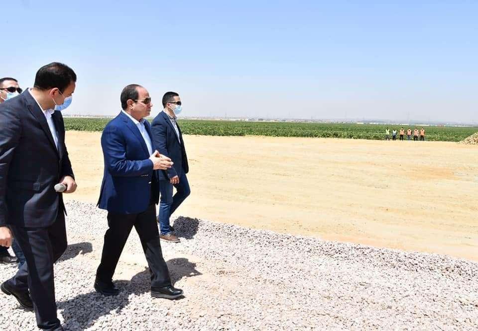 """السيسي يتفقد مشروع """"مستقبل مصر"""" للإنتاج الزراعي - اتفرج"""