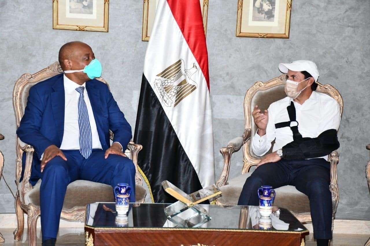 بالجبيرة.. شاهد وزير الرياضة يستقبل رئيس الكاف الجديد