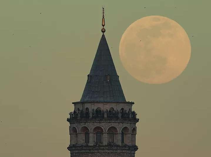 اتفرج على الجمال : القمر الوردي منور سماء الأرض