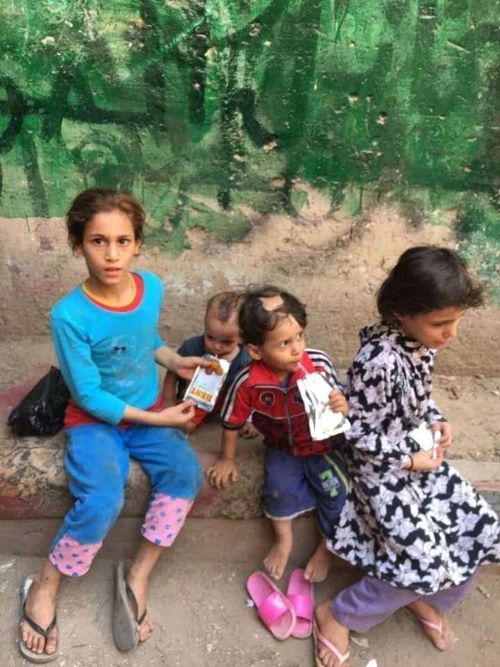 بالصور.. أب بلا قلب يعذب أطفاله الاربعة ويلقيهم في الشارع
