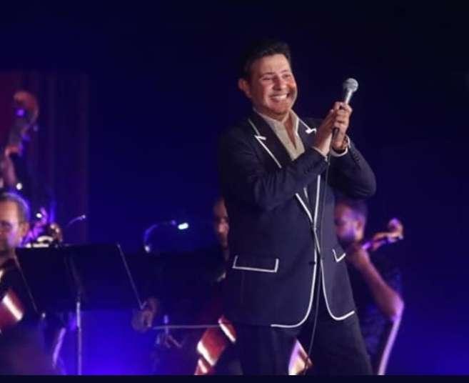 كيف ظهر هاني شاكر في أول حفل له بعد وعكته الصحية : زي الجن صور