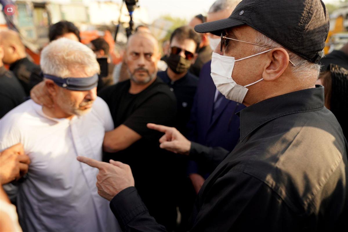 رئيس الوزراء العراقي يواجه قاتل مدير بلدية كربلاء.. صور