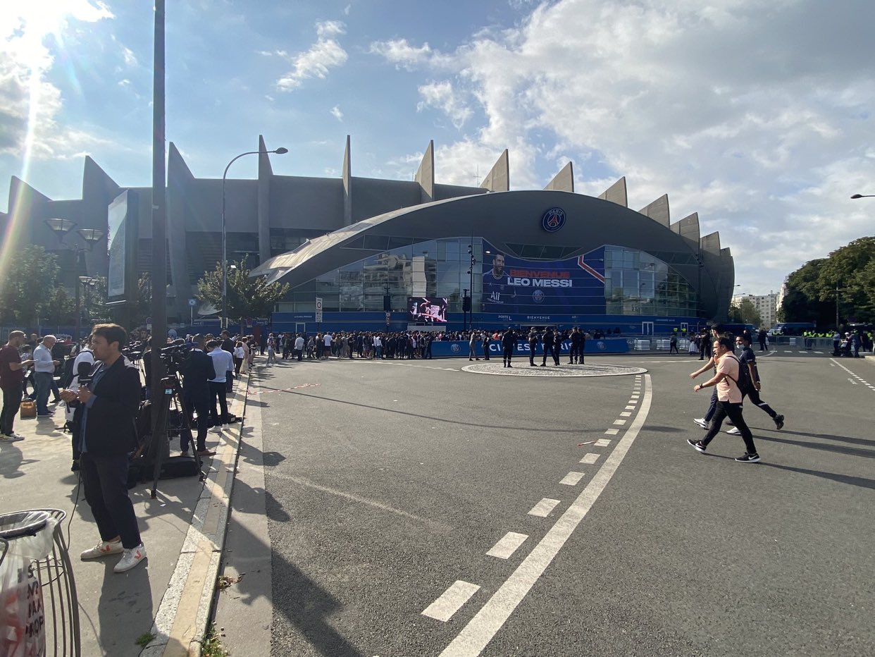 اتفرج - ميسى يزين واجهة ملعب باريس سان جيرمان