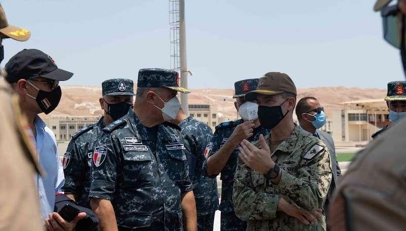 طراد الصواريخ يو إس إس منتيري في زيارة للقاعدة برنيس