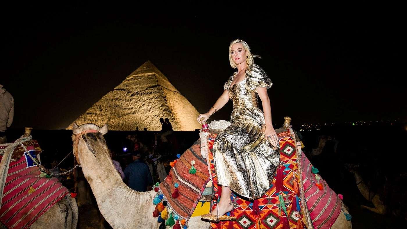 الحضارة الفرعونية تسيطر علي أزياء كاتي بيري - إتفرج