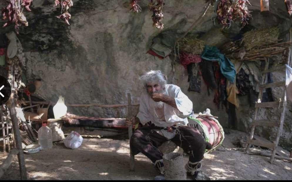 بالصور.. كورونا تجبر رجل الكهف علي الخروج بعد 20 عاماً من العزلة