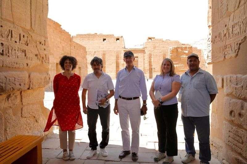 السفير الأمريكي يزور مواقع التراث الممولة بالملايين في صعيد مصر