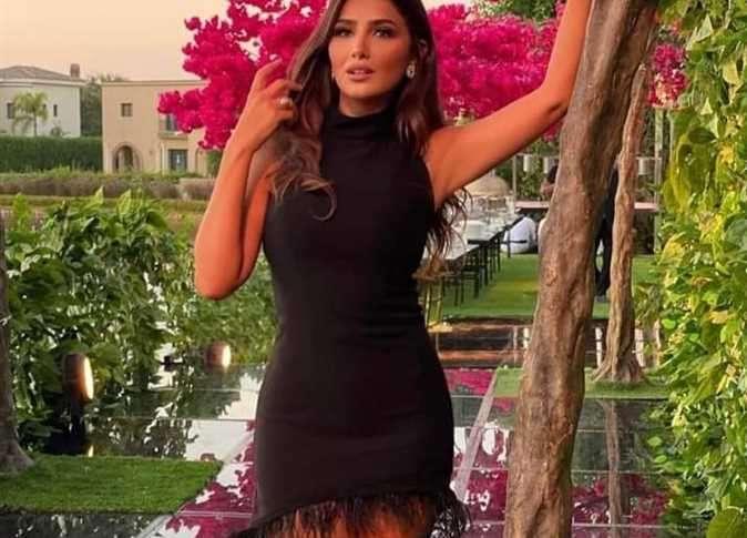 بفستان أسود مثير - شاهد مي عمر تستعد لمسلسل رعب جديد