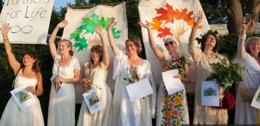 """نساء """"يتزوجن"""" من أشجار في """"بريستول"""" البريطانية : أحسن من الرجالة"""