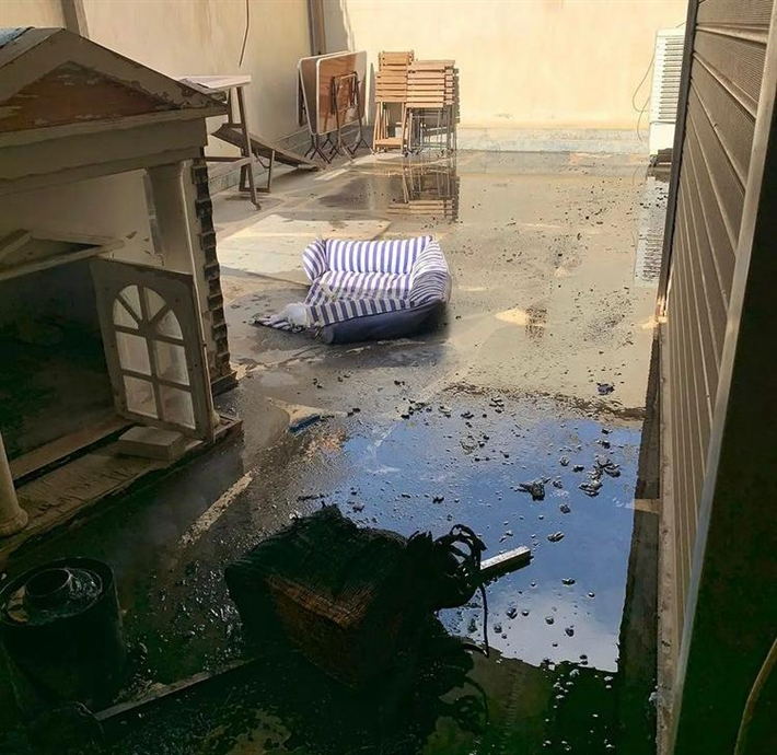 بالصور - شريف منير ينجو من حريق في منزله بسبب سيجارة