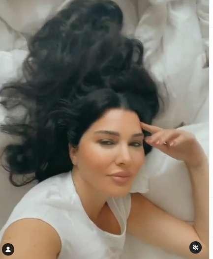 بالفيديو - لاميتا فرنجية قاعدة بتفرجك جمالها من أوضة نومها