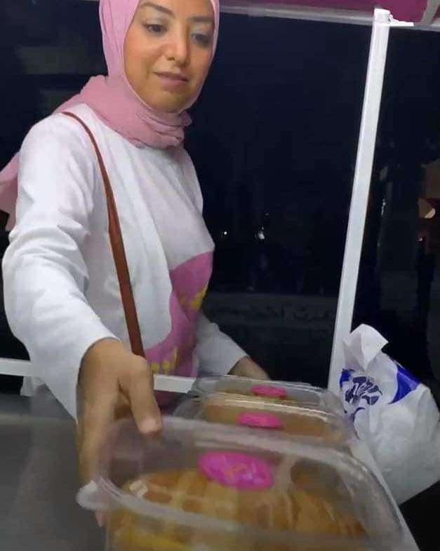 وزيرة السعادة .. فتاة تبيع الحلويات علي كورنيش الإسكندرية